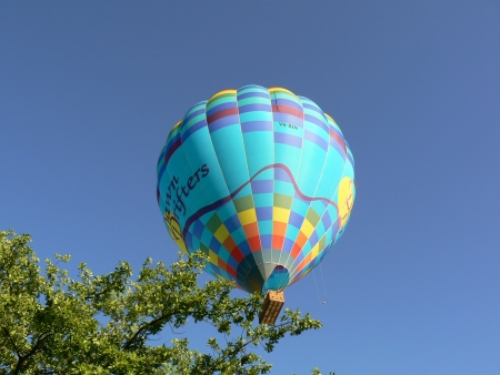 Dawn Drifters balloon after escaping precarious position near Airservices Australia building, Canberra, January 28 2007