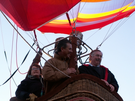 Mike Frame in the Doma Hotels Balloon as it takes off at the 2006 Canberra Balloon Fiesta