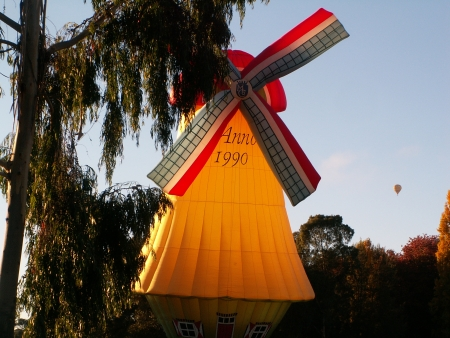 The windmill balloon at the 2006 Canberra Balloon Fiesta